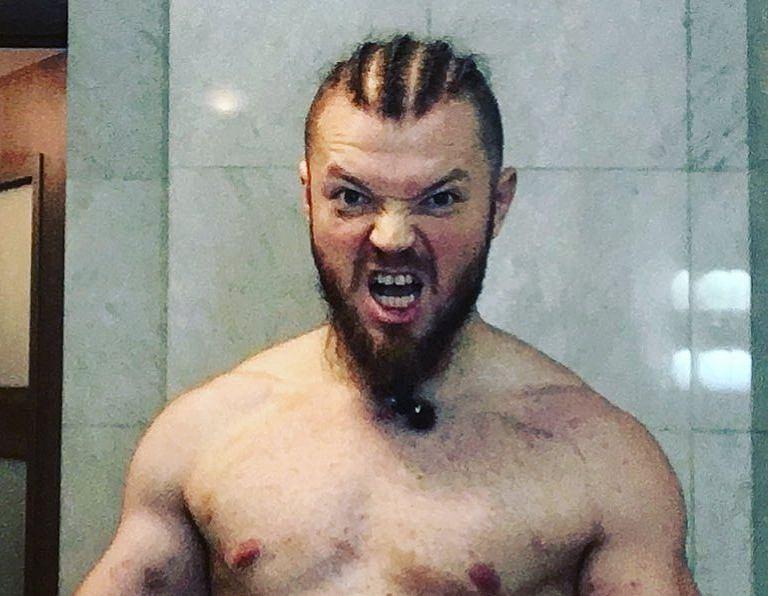 """W hitowym starciu youtuberów na gali Fame MMA 9 Kacper """"Blonsky"""" Błoński (2-0) rozprawił się w pierwszej rundzie z Sylwestrem Wardęgą (0-1)."""