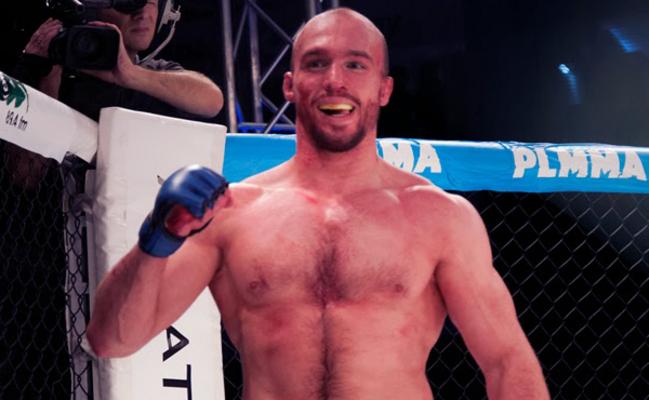 Bartosz Fabiński (15-5) przegrał przez duszenie gilotynowe z Geraldem Meerschaertem .